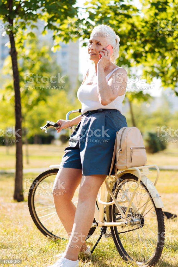 Linda fêmea, tendo o resto depois da caminhada - foto de acervo