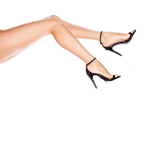 schöne weibliche beine in eleganten sandalen mit hohem absatz - schwarze hohe schuhe stock-fotos und bilder