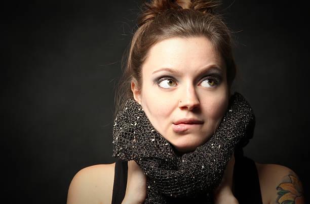 Hermosa mujer modelo morder el labio - foto de stock