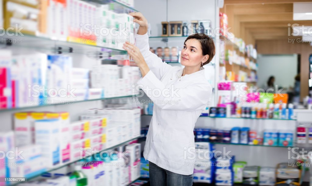Pretty female pharmacist offering products - Royalty-free Adulto Foto de stock