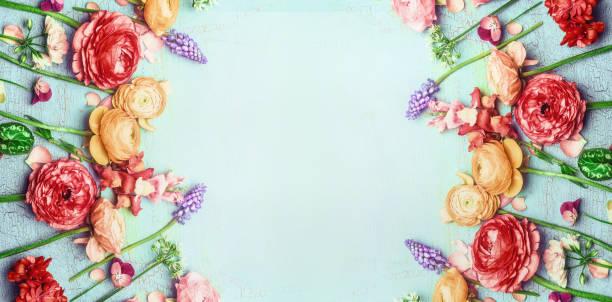 ziemlich floral banner mit verschiedenen bunten garten blumen auf blau türkis shabby chic hintergrund - blumenarrangement stock-fotos und bilder