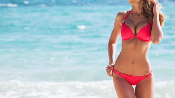 Mooi meisje op het strand foto