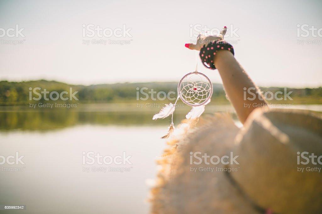 Jolie jeune fille tenant de sa main à motif attrape-rêves - Photo