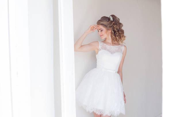 kısa beyaz gelinlikle güzel kız - beyaz elbise stok fotoğraflar ve resimler