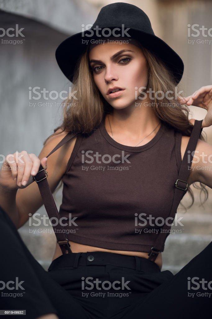 e6ccf2798e996 Photo libre de droit de Une Jolie Fille Dans Un Élégant Chapeau Noir ...