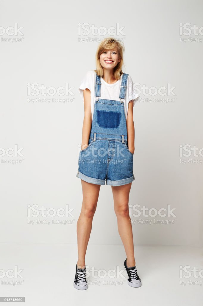 Hübsches Mädchen in Jeans posiert – Foto