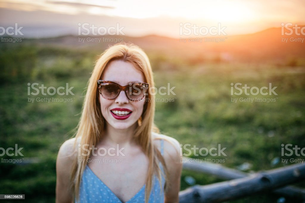 Pretty girl in mountains foto royalty-free