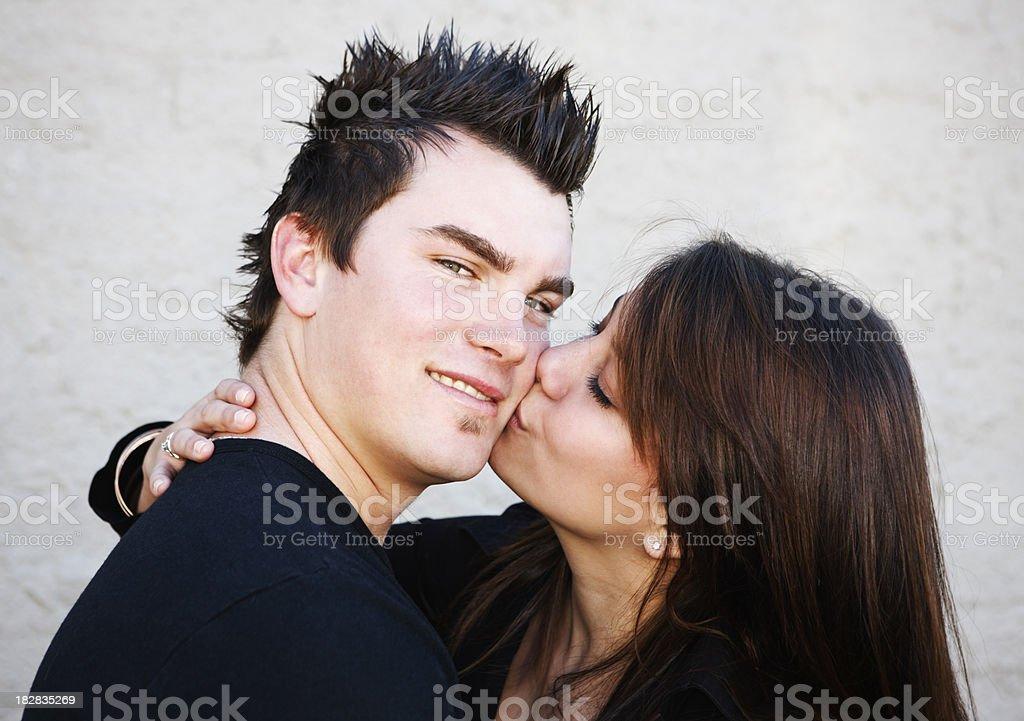pretty girl キス彼女のかわいいボーイフレンドは彼の笑顔 10代の