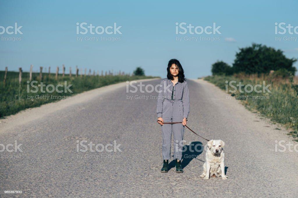 예쁜 여 자가 리드 개도로에 그녀의 옆 - 로열티 프리 개 스톡 사진