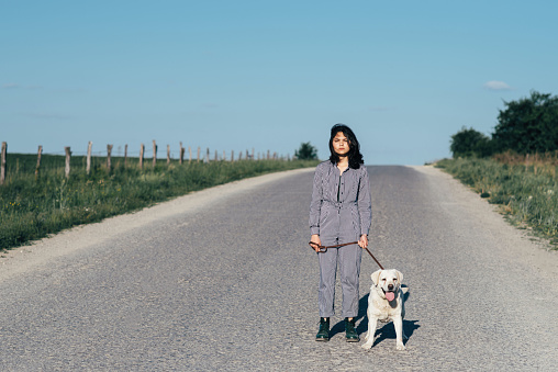 예쁜 여 자가 리드 개도로에 그녀의 옆 개에 대한 스톡 사진 및 기타 이미지