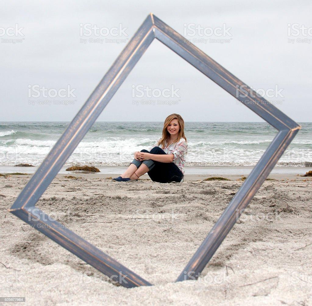 Hübsche Mädchen Rotes Haar Jeans Am Strand Hölzerne Bilderrahmen ...