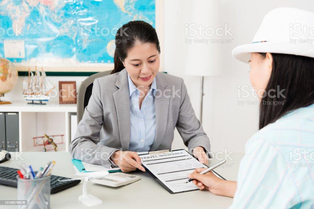 美少女旅行保険ドキュメントに署名します。 ストックフォト
