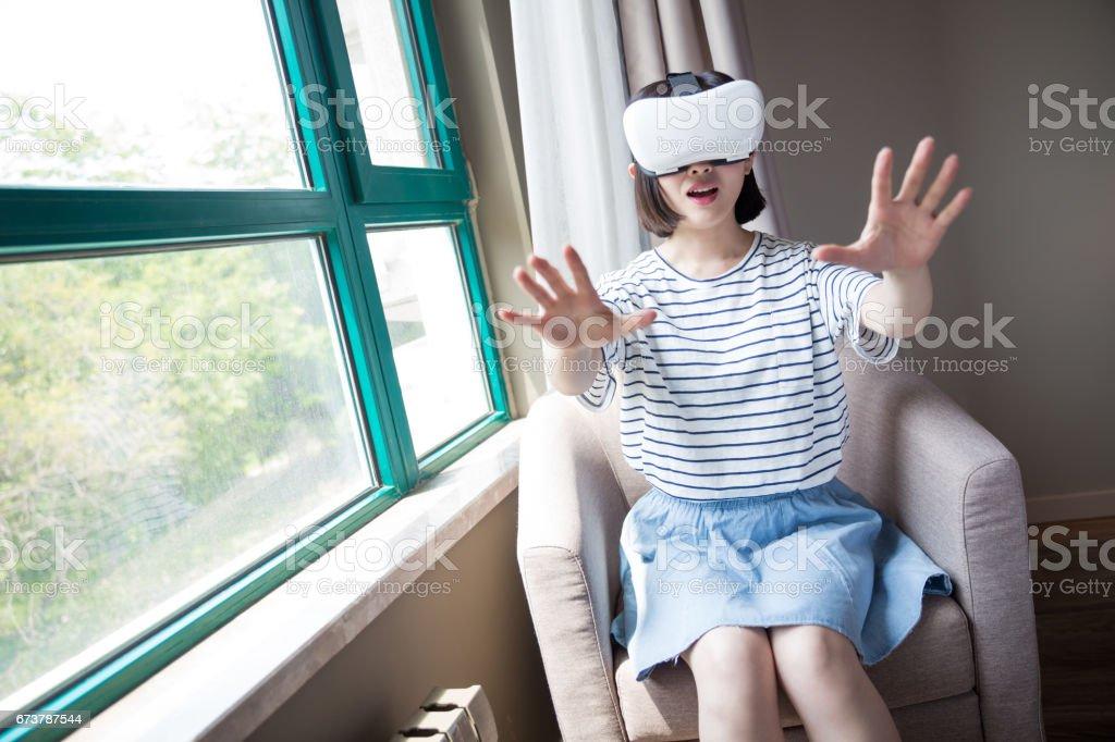 güzel kız evde bir VR aygıtı kullanma royalty-free stock photo