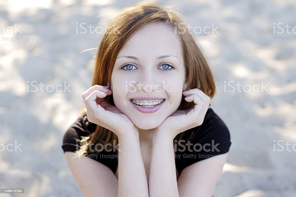 Pretty girl wearing mayor sonriendo cheerfully - foto de stock