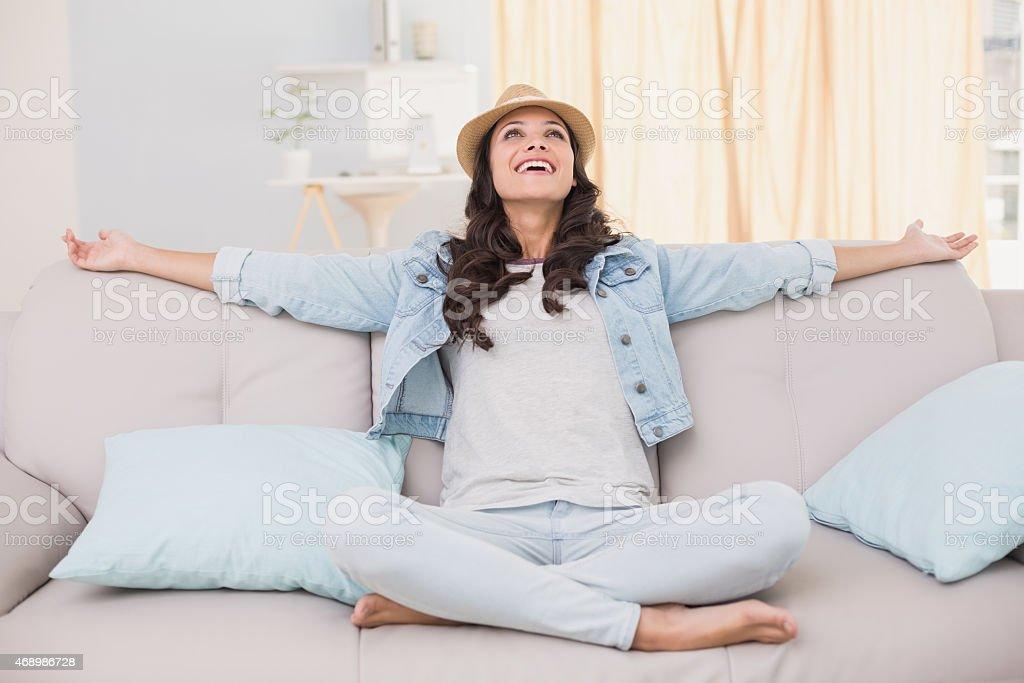 Hübsch hipster sitzt auf Sofa – Foto