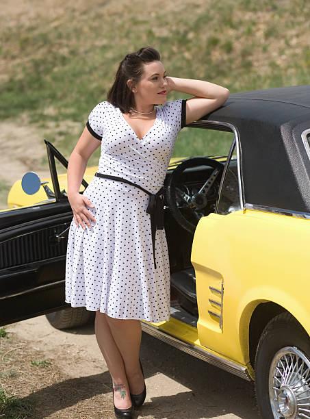 hübsches mädchen mit einem classic car - rock n roll kleider stock-fotos und bilder