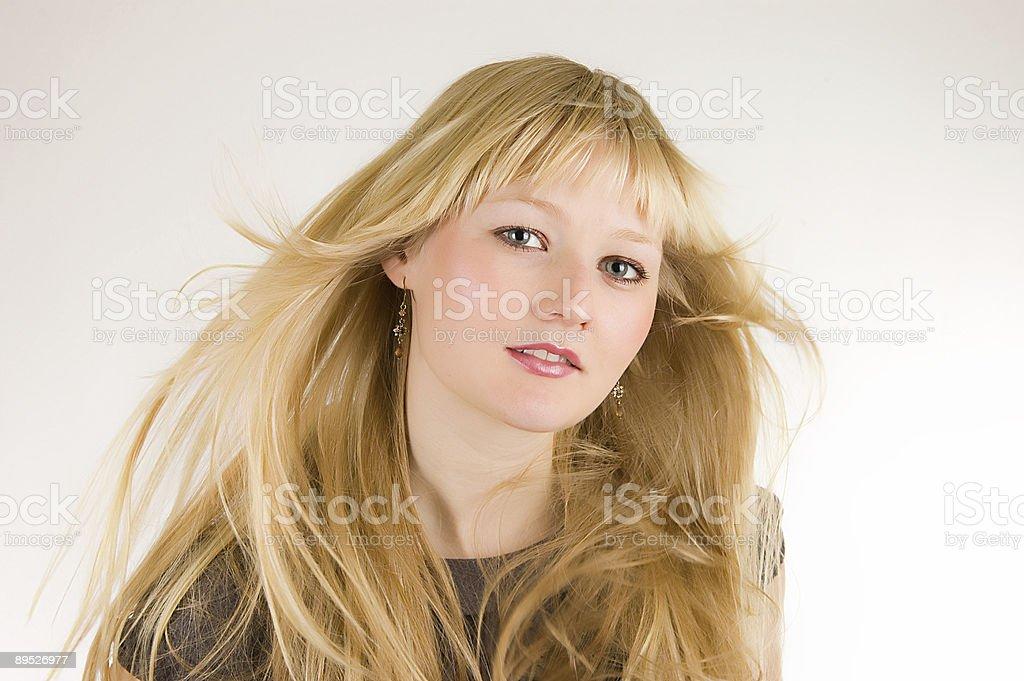 Hübsches Mädchen mit wehendem Haar im wind Weben Lizenzfreies stock-foto