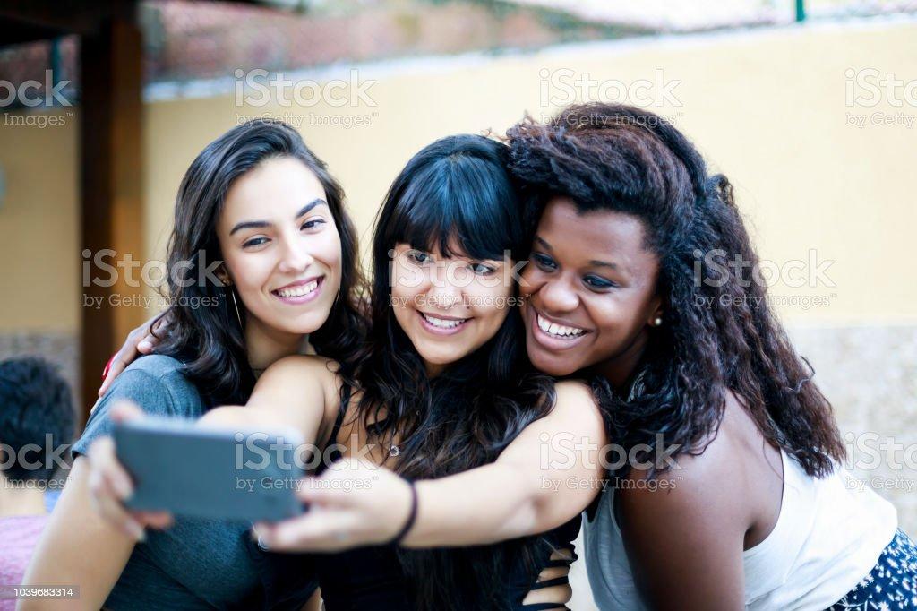Chicas Bonitas Teniendo Un Selfie Con Un Smartphone En Una