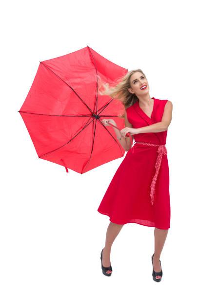 hübsche glamour frau hält einen gebrochenen schirm - wickelkleid lang stock-fotos und bilder
