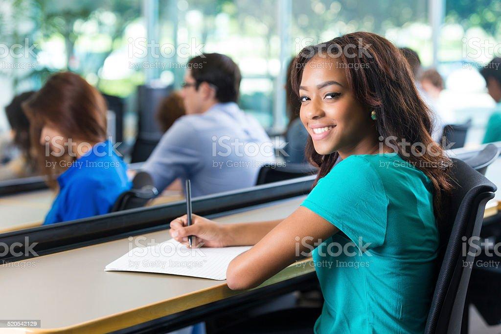Boa escola ou de estudante universitário tomar notas durante a aula - foto de acervo