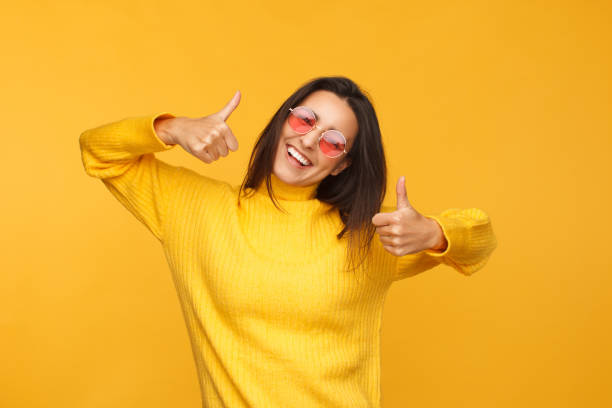 güzel hippi kız güneş gözlüğü - thumbs up stok fotoğraflar ve resimler