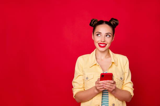Bonita señora sosteniendo las manos del teléfono tener idea creativa usar traje casual de fondo rojo aislado - foto de stock