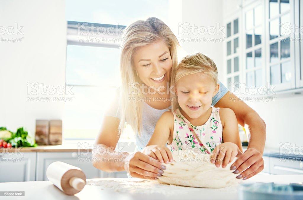 Hübsches kleines Mädchen Kneten von Teig mit der Mutter – Foto