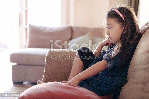 Hubsches Kleines Madchen Vor Dem Fernseher Auf Der Sofa Stock