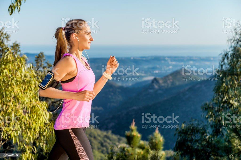 戶外跑步的漂亮長髮女士 免版稅 stock photo