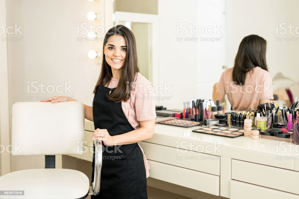 Pretty make-up artist in a beauty salon – zdjęcie