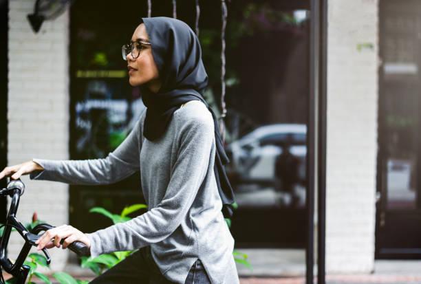 Fille jolie malaisienne son vélo - Photo