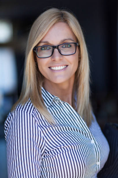 Hübsche Mature Businesswoman lächelt in die Kamera. Sie trägt Brille – Foto