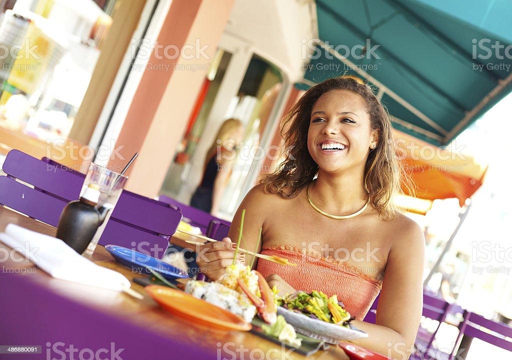 Jolie femme interracial en profitant d'un repas au Restaurant - Photo