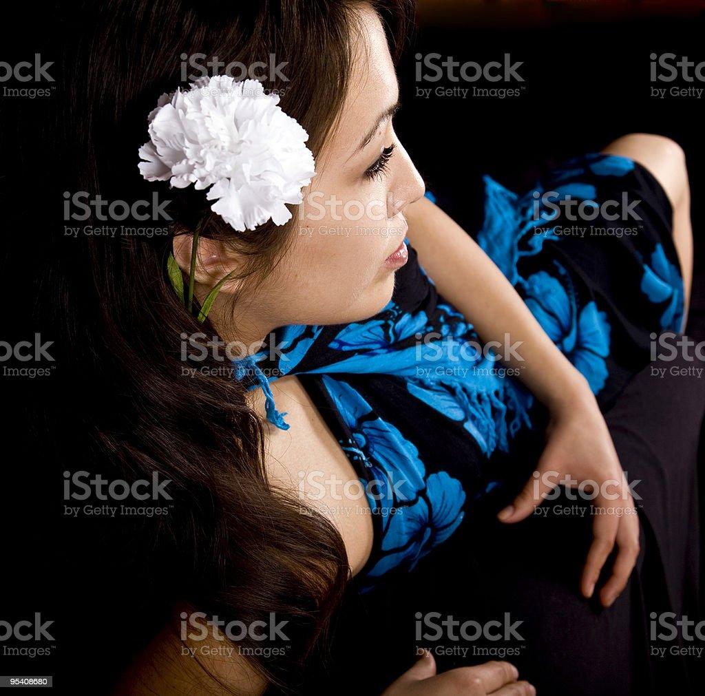 Hübsche Modell mit Blumen in Ihr Haar Lizenzfreies stock-foto