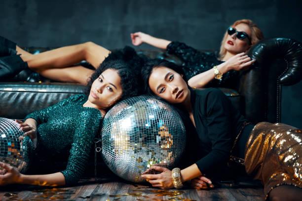 Hübsche multiethnische junge Frauen entspannt nach der Party – Foto