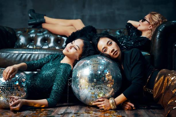Mujeres jóvenes bastante multiétnicas relajadas después de la fiesta - foto de stock