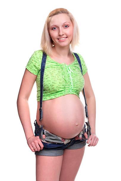 schöne schwangere frau - latzhose für schwangere stock-fotos und bilder