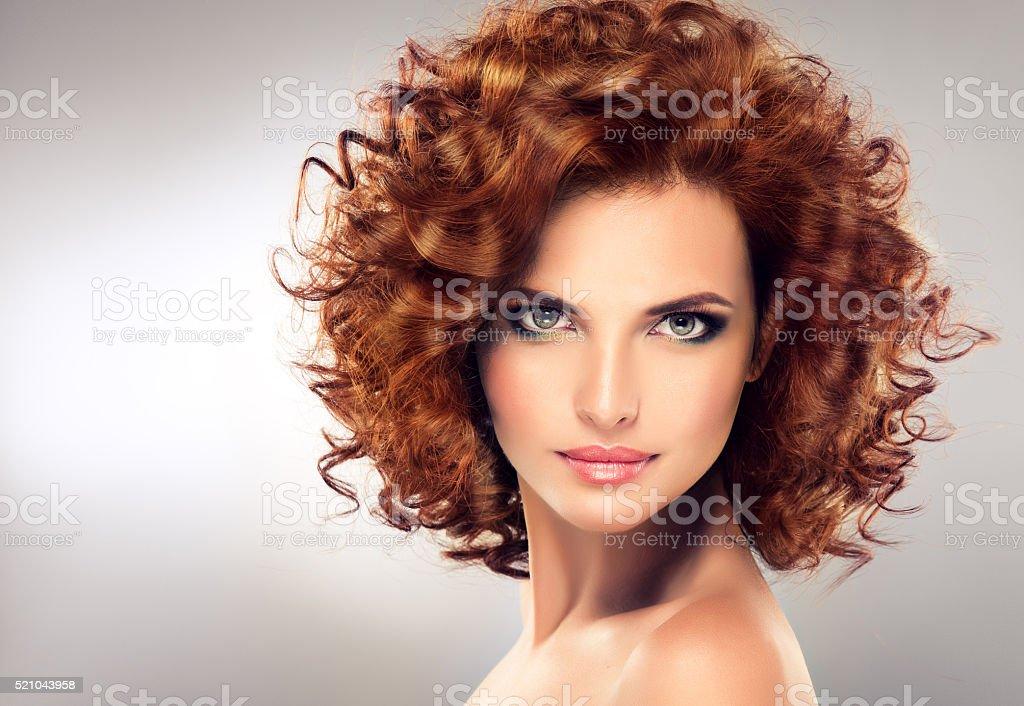 Jolie fille aux cheveux longs rouges. - Photo