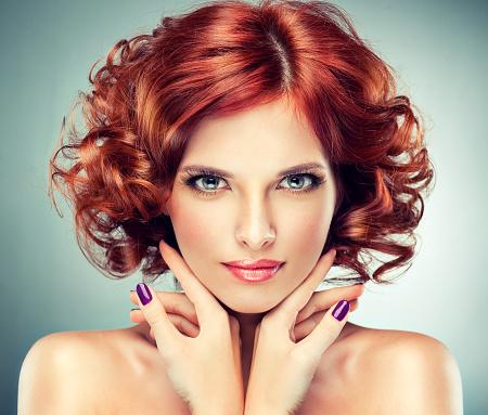 Hermosa Chica De Pelo Roja Rizos Y De Moda Con Maquillaje Foto de stock y más banco de imágenes de Adulto