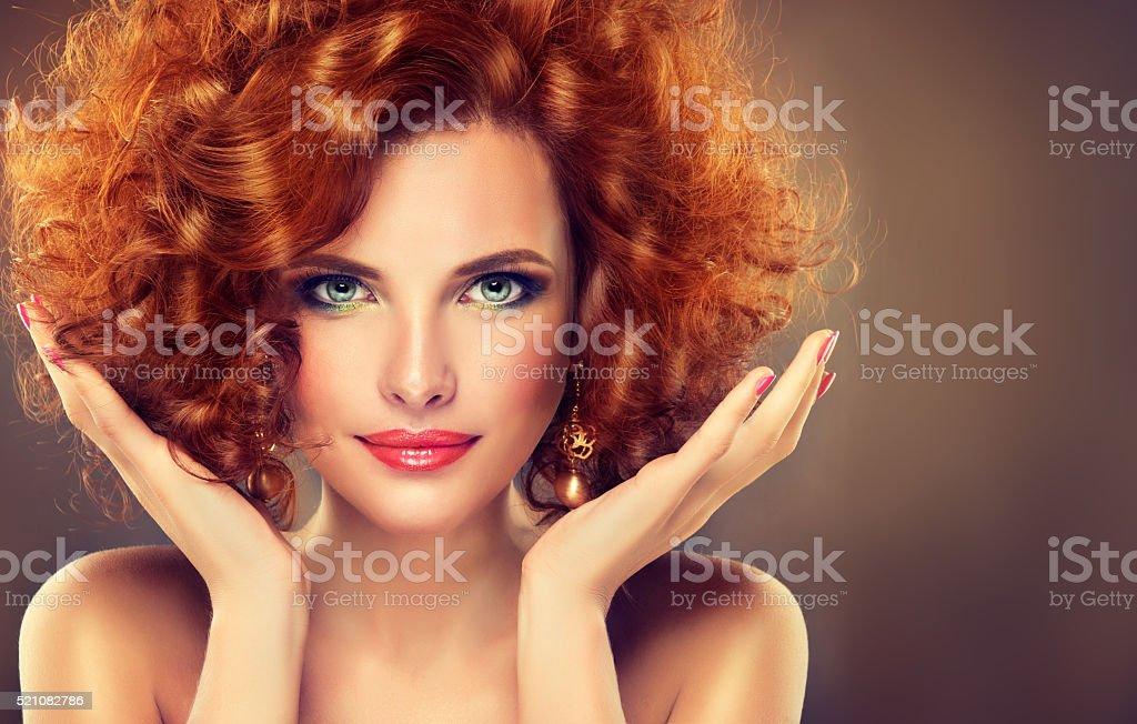 Rouge à poils longs jolie fille avec boucles. - Photo
