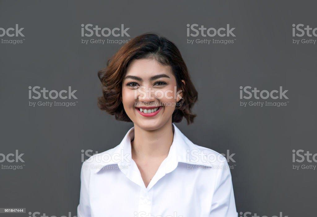 Foto De Muito Sorridente Com Alegria Asiática Fêmea Com Cabelo Curto Cacheado E Mais Fotos De Stock De Adulto