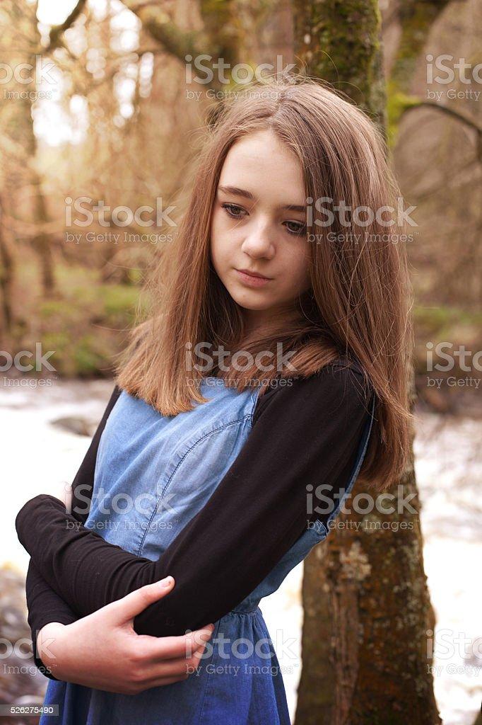 Hübsche Teenagermädchen Schiefen Gegen Einen Baum Ein