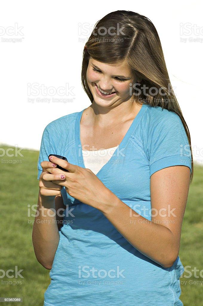 Hübsche Teenager-Mädchen senden SMS-Nachricht Lizenzfreies stock-foto
