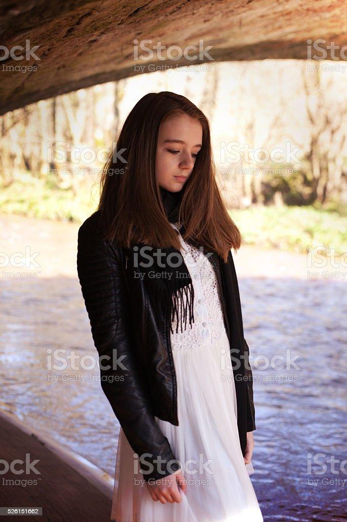Hübsche Teenager Mädchen Steht Unter Einer Brücke