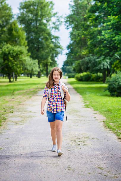 Hübsche teenager-Mädchen in legere Kleidung zu Schule – Foto