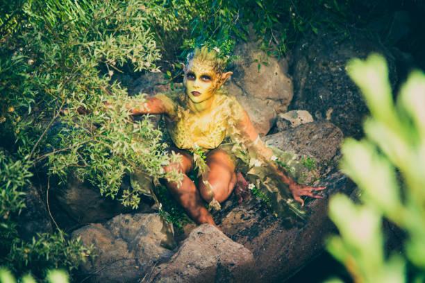 hübsche nixe fantasy kreatur in der nähe eines baches - elfenkostüm damen stock-fotos und bilder