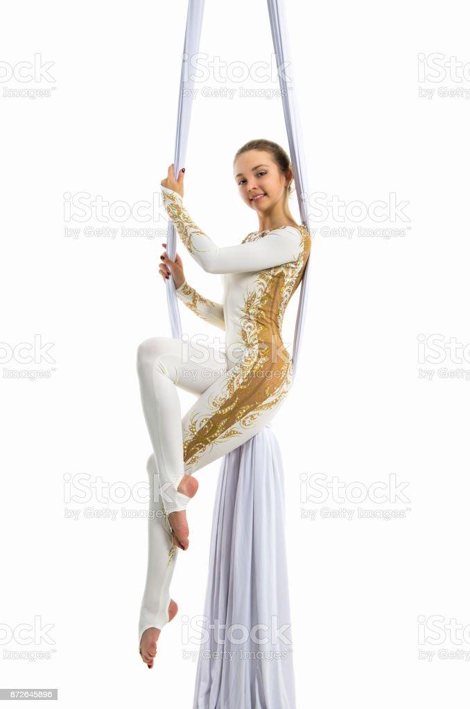 Mujer bonita - acrobata realizar trucos aéreos en tela aérea. - foto de stock