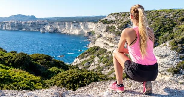 jolie femme à falaises à bonifacio - randonnée corse photos et images de collection