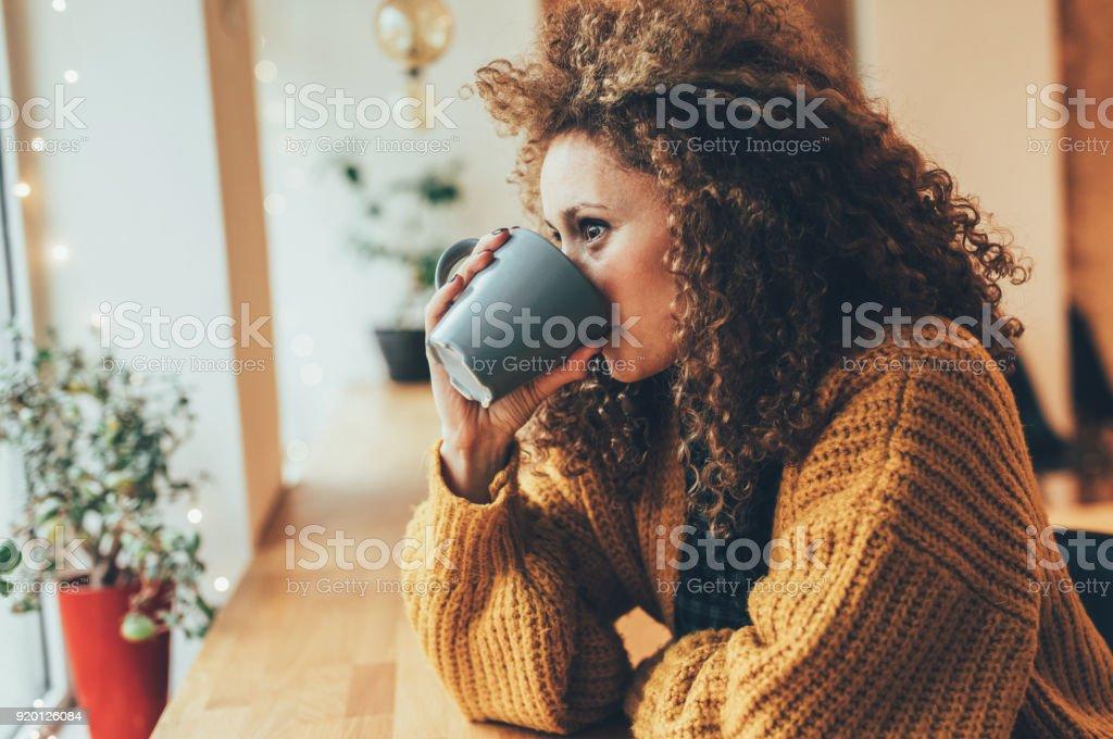 Mujer bonita en el café - foto de stock