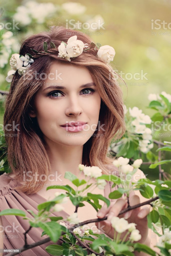 Pretty Woman Fashion Model with Flowers foto stock royalty-free